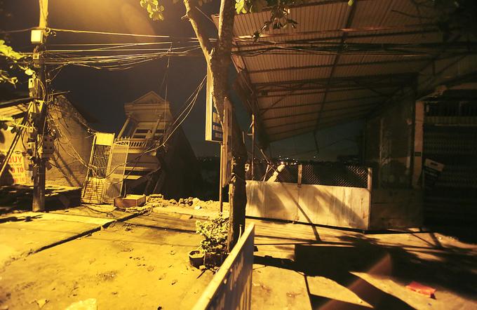 Hàng chục ngôi nhà ở Hòa Bình chực chờ sụp xuống sông Đà