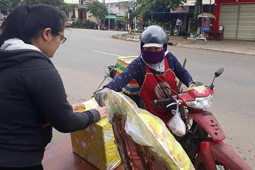Nhiều người dừng bên đường, quyên tiền hỗ trợ thân nhân vụ tai nạn xe rước dâu. Ảnh: NVCC