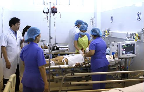 Các bác sĩ điều trị cho bệnh nhân Oanh. Ảnh: Nguyễn Đông.