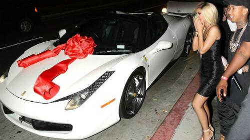 Quà tặng toàn siêu xe, xe siêu sang của chị em nhà Kardashian - 1