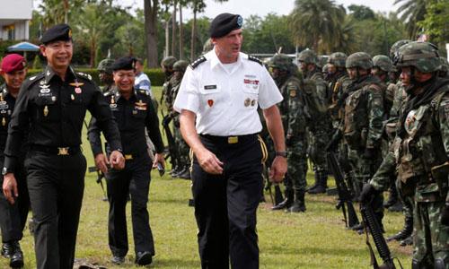 Tướng Apirat Kongsompong (trái) đồng thành cùng Tướng Robert B. Brown, tư lệnh hạm đội Thái Bình Dương của Mỹ, vào tháng 6/2017 trong chuyến thị sát Trung đoàn Bộ binh 31, đơn vị bảo vệ Nhà vua Thái Lan. Ảnh: Reuters.