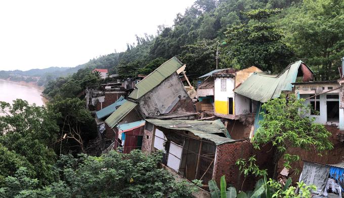 nhiều ngôi nhà chờ sụp xuống sông đà