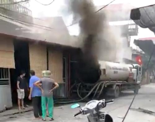 Xe bồn hút bể phốt phát nổ khiến thợ hàn Đỗ Văn Minh ở Hưng Yên tử nạn. Ảnh:cắt từ video clip