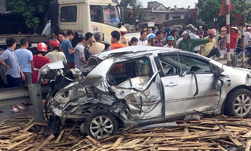 Chiếc ô tô bốn chỗ bị vò nát sau tai nạn. Ảnh: N.Đ.