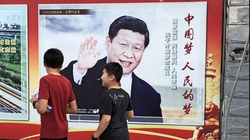 Một áp phích có ảnh ông Tập tại Bắc Kinh trong dịp diễn ra Đại hội đảng Cộng sản Trung Quốc tháng 10/2017. Ảnh: Nikkei.