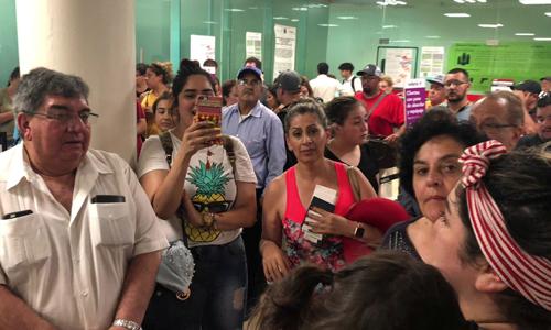 Người dân chờ đợi ở sân bay Durango sau khi một chiếc máy bay cất cánh từ phi trường này gặp nạn cách đó 10 km. Ảnh: Reuters.