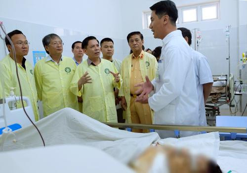 Lãnh đạo Bộ Giao thông và Uỷ ban An toàn giao thông quốc gia thăm hỏi các bệnh nhân vụ tai nạn. Ảnh: N.Đ.