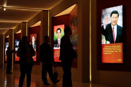 Hình ảnh ông Tập và các cựu lãnh đạo Trung Quốc tại một triển lãm ở Bắc Kinh cuối năm 2016. Ảnh: AP.