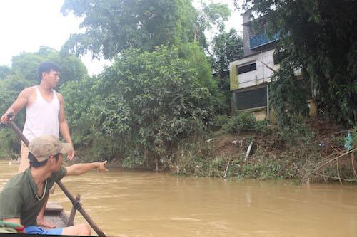 22 nhà dân nằm dọc theo bờ sông dài gần một cây số nằm trong diện sạt lở. Ảnh: Kế Kiên.