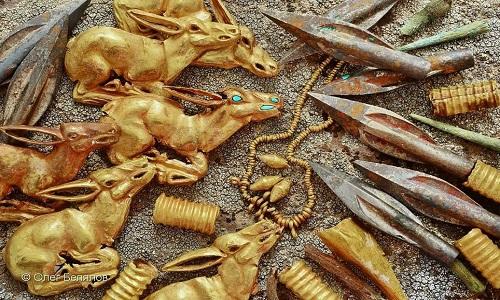 Đồ chế tác trong khu mộ được làm từ vàng với kỹ thuật tinh xảo. Ảnh: Metro.