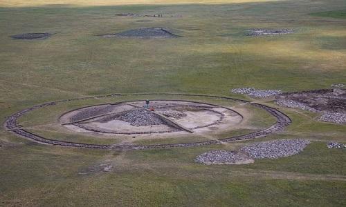 Khu mộ chứa kho báu nằm trên dãy núiTarbagatai. Ảnh: Metro.