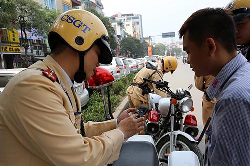 Từ 1/8, người dân có thể nhắn tin, gọi điện vào đường dây nóng của Cục CSGT để phản ánh các vấn đề liên quan đến hoạt động của cảnh sát giao thông. Ảnh minh họa: Bá Đô