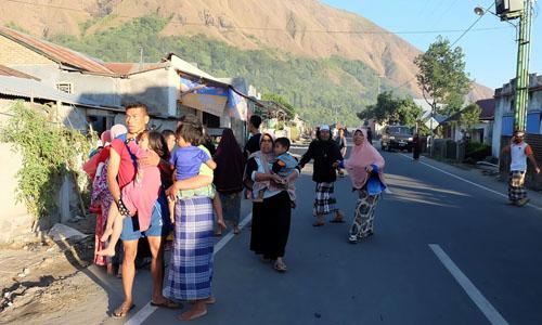 Người dân Indonesia chạy ra đường khi có động đất hôm 30/7. Ảnh: Reuters.