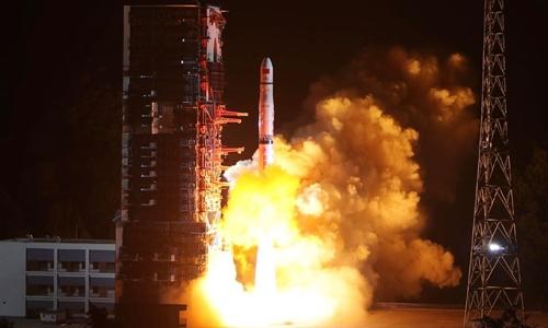 Trung Quốc hồi tháng 5 phóng vệ tinh phục vụ nỗ lực khám phá phần khuất của Mặt trăng. Ảnh: AFP.