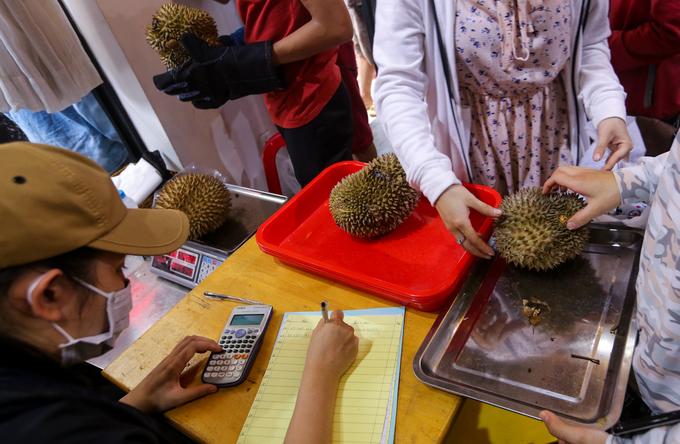 Xếp hàng mua sầu riêng ăn trả lại hạt ở Sài Gòn