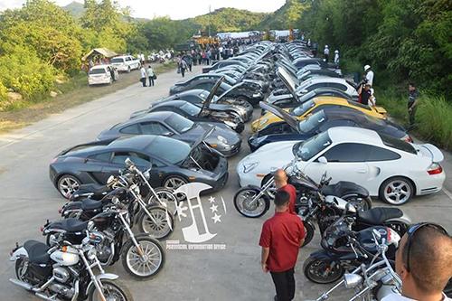 68 chiếc xe hơi và motor hạng sang trước khi bị nghiền nát. Ảnh: autoevolution