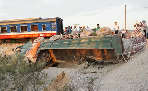Xe chở đá bị hất văng khỏi đường ngang dân sinh ở Thanh Hóa. Ảnh: Lê Hoàng.