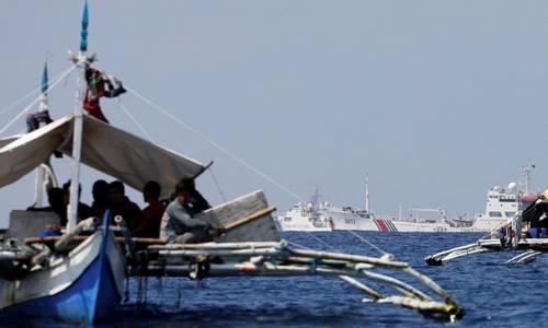 Tàu tuần duyên Trung Quốc xuất hiện gần các tàu đánh cá của Philippines ở bãi cạn tranh chấpScarborough/Hotrên Biển Đông hồi tháng 4/2017. Ảnh: Reuters.