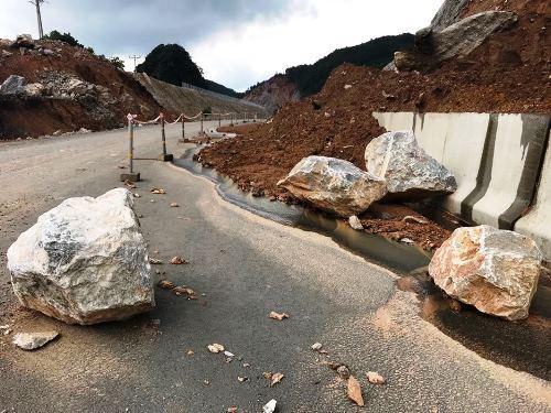 Hàng loạt các tảng đá lớn từ trên rơi xuống. Ảnh: Minh Cương