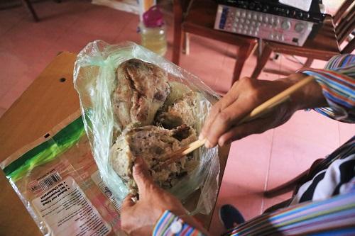 Bữa cơm tạm bợ bằng khoai, sắn của người dân vùng rốn lũ. Ảnh: Gia Chính