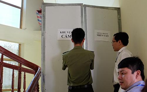 Lối lên khu vực chấm thi trắc nghiệm của Hội đồng thi tỉnh Hoà Bình được khoá kín.