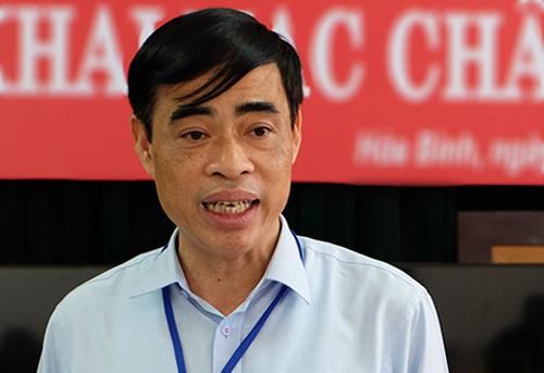 Phó giám đốc Sở Giáo dục và Đào tạo Hòa Bình Nguyễn Đức Lương báo cáo với đoàn kiểm tra công tác chấm thi của Bộ Giáo dục ngày 4/7. Ảnh: Quỳnh Trang.