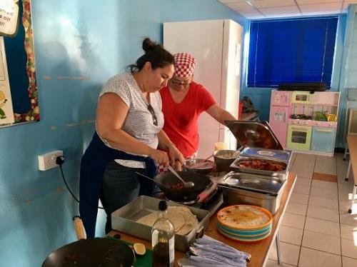 Bữa tốiđược chế biến từ thực phẩm lành mạnh do nông dân địa phương và các siêu thị quyên góp. Ảnh: BPM Media