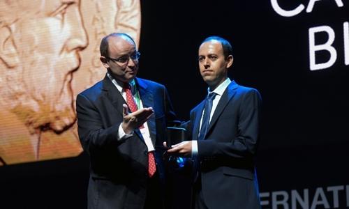 Caucher Birkar (phải) được trao huy chương tại Brazil ngày 1/8. Ảnh: AFP.