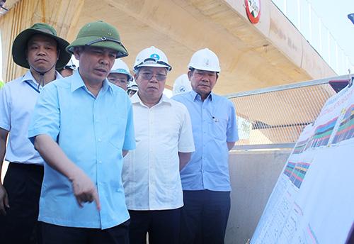 Bộ trưởng Bộ giao thông Nguyễn Văn Thể kiểm tra hiện trường đường cao tốc Đà Nẵng - Quảng Ngãi. Ảnh:Đắc Thành.