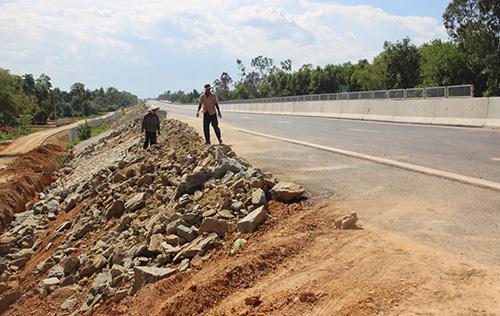 Công nhân đang thi công taluy đoạn cao tốc Tam Kỳ - Quảng Ngãi. Ảnh: Đắc Thành.