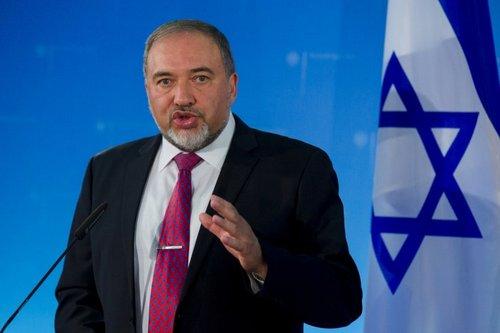 Bộ trưởng Lieberman trong một cuộc họp báo hồi tháng 4/2018. Ảnh: Jerusalem Post.