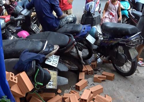 Nhiều xe máy bị tông hư hỏng. Ảnh: Tin Tin
