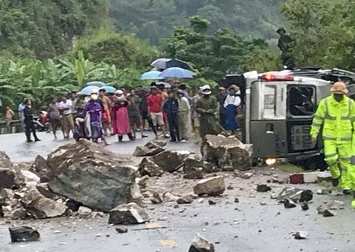 Đá lăn từ trên núi rơi xuống đường trúng xe khách 16 chỗ. Ảnh: Nguyễn Dương