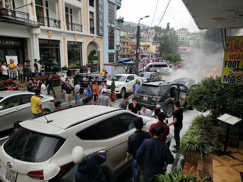 Người dân dập lửa và di chuyển các xe khác ra khỏi vị trí cháy. Ảnh:Viết Thế