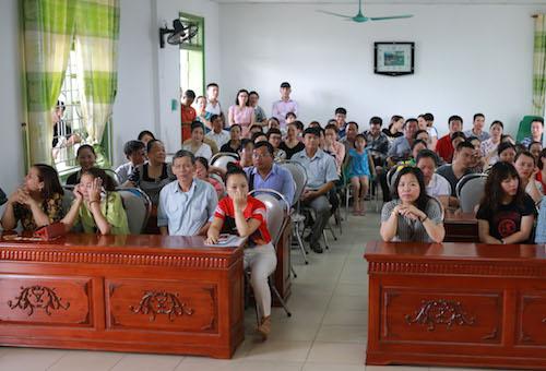 Phụ huynh lần lượt nghe đọc tên để lên bục bốc thăm. Ảnh: Nguyễn Hải.