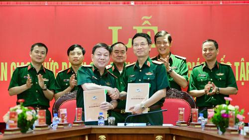 Thiếu tướng Nguyễn Mạnh Hùng (phải) và Thiếu tướng Lê Đăng Dũng ở lễ bàn giao