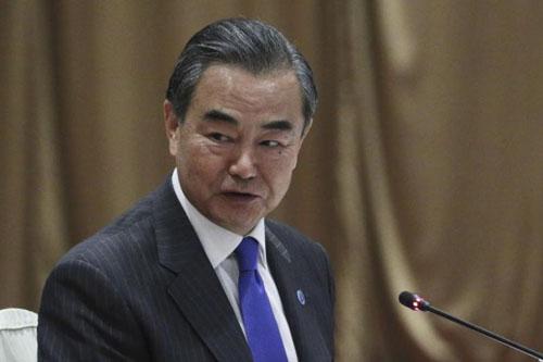 Ngoại trưởng Trung Quốc Vương Nghị phát biểu tại cuộc họp báo bên lềHội nghị Ngoại trưởng ASEAN hôm nay tại Singapore. Ảnh: AFP.