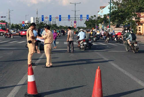 Cảnh sát xử lý hiện trường vụ việc. Ảnh: Tin Tin
