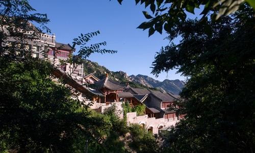 Chùa Long Tuyền nằm ở ngoại ô Bắc Kinh. Ảnh: NYTimes.