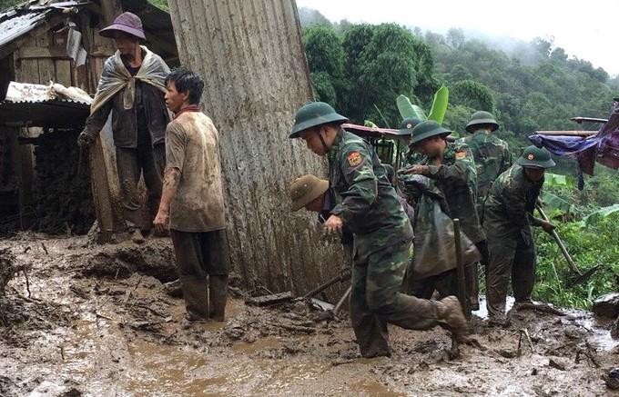 Bộ đội dầm mưa dựng nhà sập, tìm người mất tích ở Lai Châu