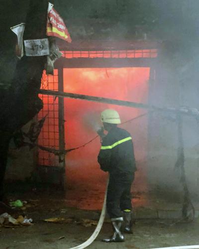 Cảnh sát phun nước dập lửa. Ảnh: Tin Tin