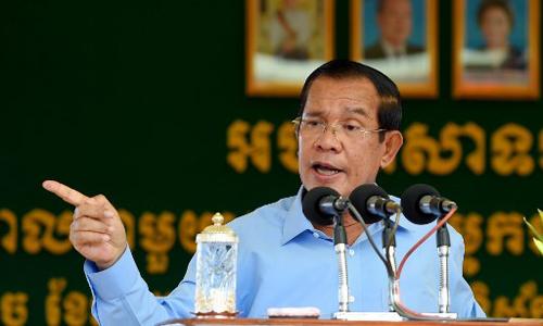 Thủ tÆ°á»ng Campuchia Hun Sen phát biá»u trong chuyến thÄm má»t nhà máy tại thủ Äô Phnom Penh hôm 2/8. Ảnh: AFP.