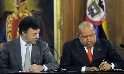 Santos (trái) ký thỏa thuận hợp tác với Chavez ở Caracas năm 2011. Ảnh: CNN.
