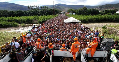 Dòng người tị nạn từ Venezuela tập trung tại biên giới Colombia. Ảnh: AP.