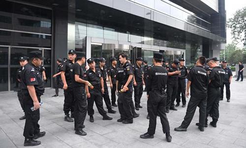 Lực lượng an ninh đứng trước cổng của Ủy ban Điều tiết Ngân hàng Trung Quốc ở trung tâm Bắc Kinh ngày 6/8. Ảnh: AFP.