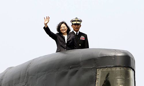 Bà Thái Văn Anh chủ trì lễ ký chính thức để bắt đầu dự án đóng tàu ngầm giữa hải quân, nhà đóng tàu CSBC Corporation và Viện khoa học công nghệ Chung-Shan hồi tháng 3/2017. Ảnh: AP.