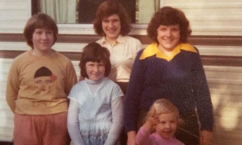 Joanna Wood, áo cổ vàng, ở tuổi 15, cùng 4 chị em gái, đứng trước ngôi nhà của gia đình. Ảnh: NVCC.