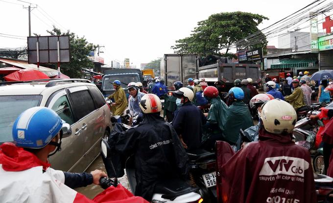 Hàng loạt xe máy bị dòng nước mưa cuốn trôi ở Đồng Nai