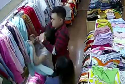 Đôi nam nữ tấn công nữ nhân viên shop thời trang bị camera ghi hình.