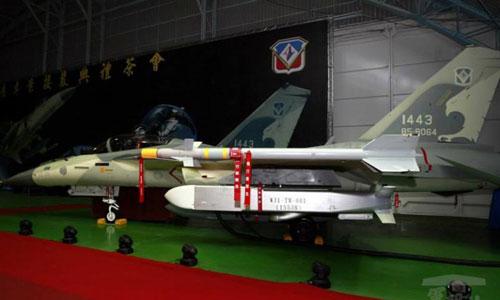 Tên lửa Vạn Kiếm gắn trên tiêm kích FC-1K được Đài Loan công bố năm 2014. Ảnh: RoCAF.
